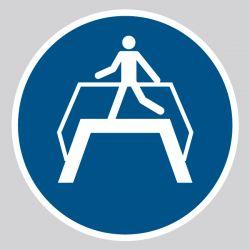 Autocollant Panneau Utiliser la passerelle - ISO7010 - M023