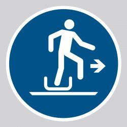 Autocollant Panneau Descendre à droite de la luge - ISO7010 - M051