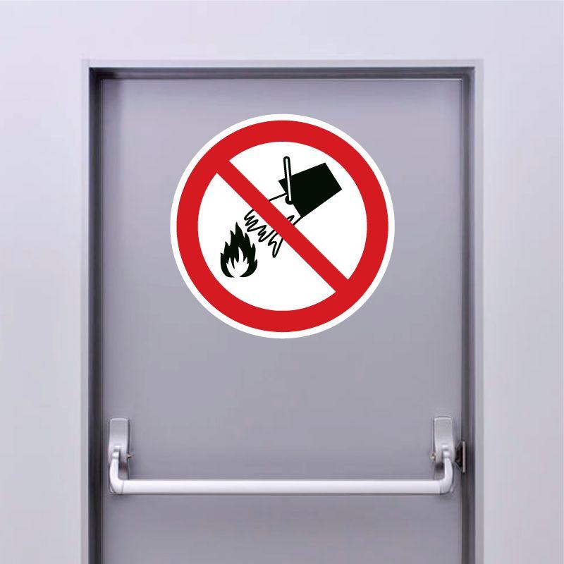 Autocollant Panneau interdiction d'éteindre avec de l'eau - ISO7010 - P011